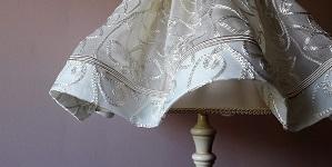 Abat-jour juponné en soie brodée ivoire et sa doublure en ottoman de soie | Jade Création, abat-jour sur mesure