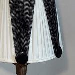 Alternance de soie plissée blanche et soie froncée noire sur abat jour délicat | Jade Création, fabricant abat-jour Haute-Savoie