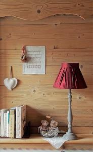 Abat-jour plissé en soie rouge dans décor montagne | Jade Création, fabrication sur mesure en Haute-Savoie