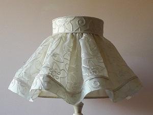 Abat-jour juponné en soie brodée ivoire doublé d'ottoman de soie | Jade Création, abat-jour sur mesure