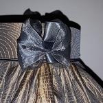 Finition nœud en voile de ruban sur abat-jour juponné en soie façonnée | Jade Création, abat-jour sur mesure
