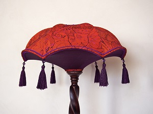 abatjour-sur-mesure-soie-brodee-orange-rouge-pompon-violet-vue-ensemble
