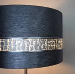 Abat-jour sur mesure haut de gamme tissu métallisé et bande argent ulgador en copeaux d'aluminium