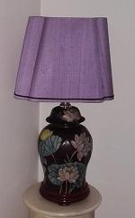 Abat-jour-sur-mesure-rectangle-pyramide-coins-ronds-soie-parme-violet-vase-poterie-chinois