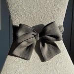 Nœud en lin taupe sur abat jour pyramide en bourette de soie couleur lin naturel | Jade Création
